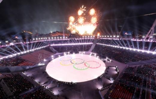 25일 평창올림픽스타디움에서 열린 평창동계올림픽 폐회식에서 스키와 스케이트를 신은 공연단이 오륜기를 만들고 있다.연합뉴스