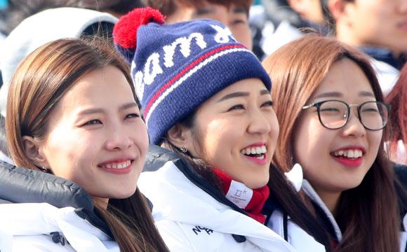 [올림픽] 밝은 미소 짓는 여자컬링팀