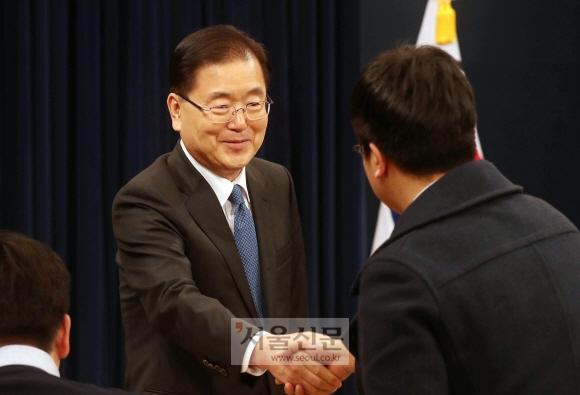 대북특사인 정의용 청와대 안보실장이 5일 청와대 춘추관에서 출국 인사말을 한뒤 기자들과 악수를 하고 있다. 안주영 기자 jya@seoul.co.kr