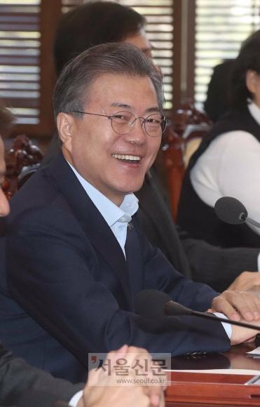 문재인 대통령은 5일 청와대 여민관에서 수석보좌관회의를 주재 했다. 문 대통령이 모두 발언을 마친 뒤  대북특사단의 출발상황을 확인한 뒤 웃고 있다. 안주영 기자 jya@seoul.co.kr