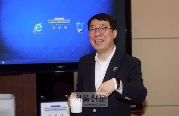 윤영찬 청와대 소통수석이 5일 여민관에서 열린 수석보좌관회의에 앞서 한 여성단체가 만들어 배포한 '위드유' 팔찌를 들어보이고 있다. 안주영 기자 jya@seoul.co.kr