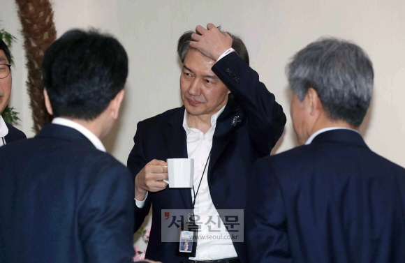 조국 청와대 민정수석이 5일 여민관에서 열린 수석보좌관회의에 앞서 수석들과 대화하고 있다. 조 수석의 왼쪽 팔목에 한 여성단체가 만들어 배포한 '위드유' 팔찌가 보인다. 안주영 기자 jya@seoul.co.kr