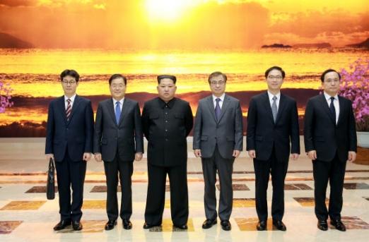 기념촬영하는 김정은과 대북 특사단