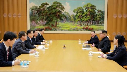 김정은 위원장과 얘기 나누는 대북 특사단