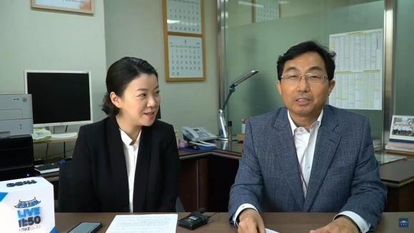 김홍수(오른쪽) 청와대 교육문화비서관이 6일 평창동계올림픽 관련 2가지 국민청원에 답하고 있다. 청와대 페이스북