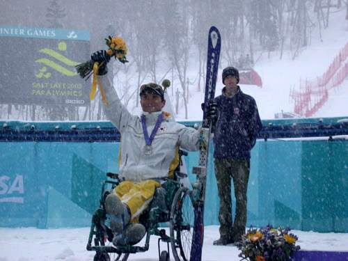 한상민이 2002년 솔트레이크시티동계패럴림픽에서 한국 장애인으로는 처음 은메달을 딴 뒤 관중의 환호에 답하고 있다.  대한장애인체육회 제공