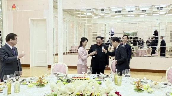 조선중앙TV, 김정은-특사단 면담.만찬 영상 공개
