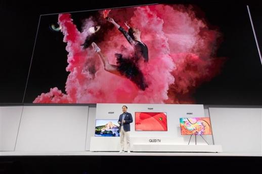 한종희 삼성전자 사장이 7일(현지시간) 미국 뉴욕에서 열린 '더 퍼스트룩 2018 뉴욕' 행사에서 2018년형 QLED TV를 소개하고 있다. 삼성전자 제공