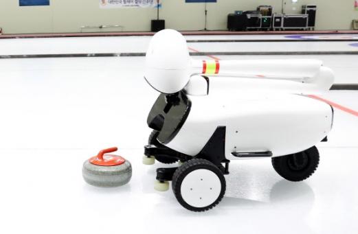 투구하는 컬링 로봇 '컬리'