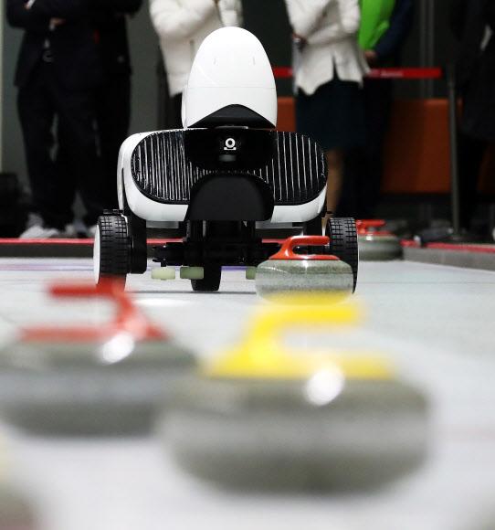 투구하는 인공지능 컬링로봇 '컬리'