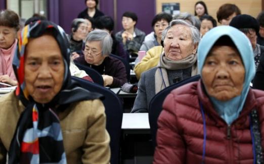 일본군 위안부 피해자 길원옥(뒷줄 오른쪽) 할머니와 인도네시아의 자헤랑(앞줄 오른쪽) 할머니가 8일 서울 영등포구 하이서울유스호스텔에서 한국정신대문제대책협의회 주최로 열린 제15차 일본군 성노예 문제 해결을 위한 아시아연대회의에 참여해 발표자의 발언을 경청하고 있다. 연합뉴스