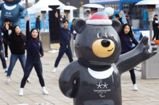 패럴림픽 마스코트 반다비가 이끄는 거리 댄스공연이 인기를 끌고 있다. 연합뉴스