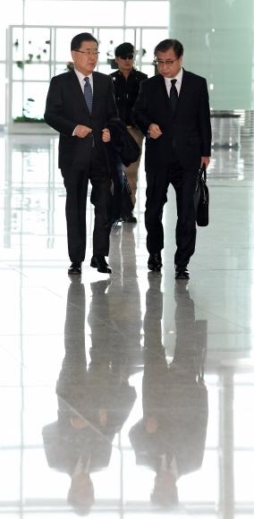 출국  정의용(왼쪽) 청와대 국가안보실장과 서훈(오른쪽) 국가정보원장이 8일 미국 방문을 위해 인천국제공항 출국장으로 향하고 있다.  도준석 기자 pado@seoul.co.kr