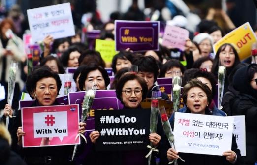 세계여성의날, 장미 들고 거리로 나선 #With You  여성단체들은 8일 세계여성의날을 맞아 전국 각지에서 미투 피해자와의 연대를 표명하며 성폭력 근절을 위한 대책 마련을 촉구했다. 사진은 한국YWCA연합회 회원들이 서울 중구 YWCA회관 앞에서 미투 운동을 지지하는 팻말과 여성의날을 상징하는 장미를 들고 행진하는 모습.  정연호 기자 tpgod@seoul.co.kr