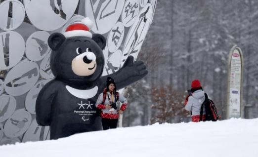 반다비와 즐거운 시간을 보내는 자원봉사자들 2018 평창 동계 패럴림픽에서 자원봉사자들이 마스코트 '반다비'와 기념 촬영을 하고 있다. 2018.3.8   AP=연합뉴스