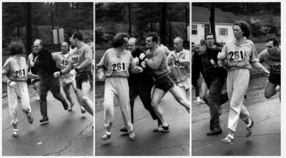 1967년 보스턴마라톤에 여성으로 첫 출전한 캐스린 스위처에게 대회 조직위원장인 조크 셈플이 달려들어 레이스를 방해하자 남자친구 존 밀러가 그를 밀어내고 있다. AP 자료사진