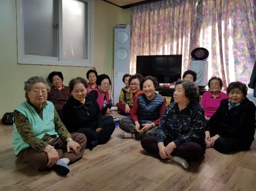 공기청정기 보급 서울 은평구가 구립경로당에 보급한 공기청정기 앞에서 노인들이 미소를 띄고 앉아 있다.은평구 제공