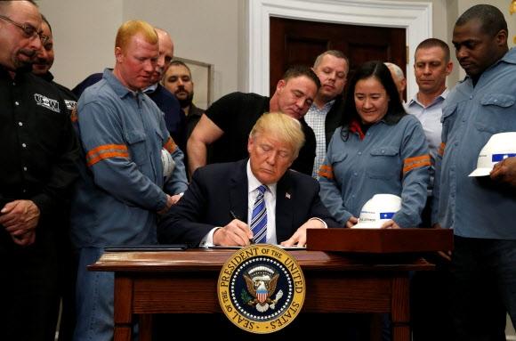 트럼프, 한국산 포함 수입철강에 25% 관세부과…캐나다·멕시코산 제외 도널드 트럼프 미국 대통령이 8일(현지시간) 자국산업 보호를 위해 한국산 등의 수입 철강과 알루미늄에 각각 25%, 10%의 고율 관세부과를 강행했다. 캐나다와 멕시코산만 관세 조치 대상국에서 제외됐다. 사진은 이날 백악관에서 철강 업계 노동자와 노조 인사들이 참석한 가운데 트럼프 대통령이 '미 무역확장법 232조'를 근거로 관련 철강·알루미늄 규제조치 명령서에 서명하는 모습. 연합뉴스