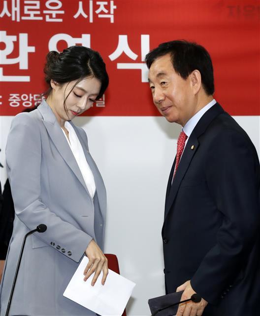 MBC 기자 질문에 퇴장하는 배현진 전 아나운서