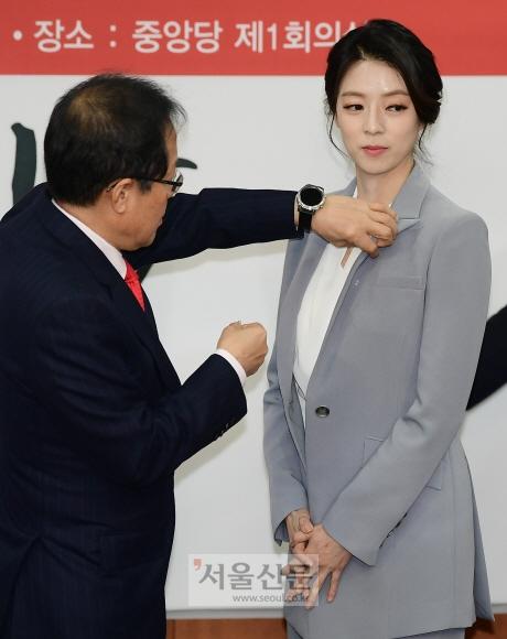 9일 홍준표 자유한국당 대표가 여의도 당사에서 열린 영입인사 환영식에서 배현진 전 MBC앵커에게 배지를  달아 주고 있다. 이종원 선임기자 jongwon@seoul.co.kr