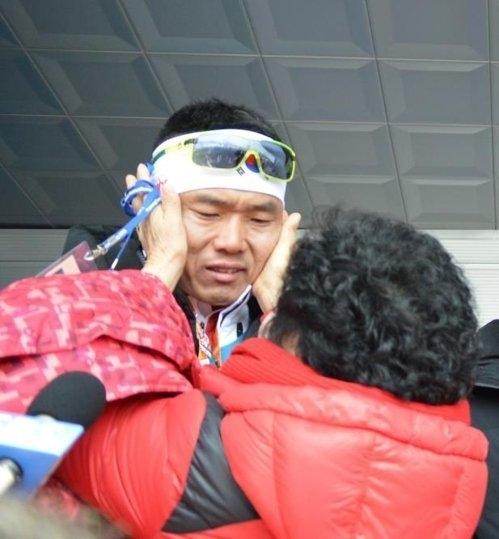 10일 강원도 알펜시아 바이애슬론 센터에서 열린 장애인 바이애슬론 남자 7.5㎞ 좌식 종목에서 메달을 따지 못하고 눈물을 흘리는 신의현을 어머니 이회갑 씨가 어루만지고 있다.