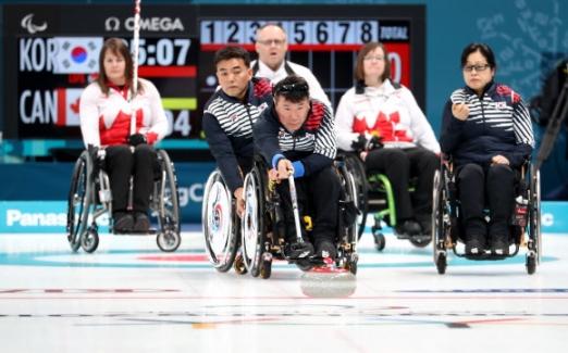12일 오전 강릉컬링센터에서 열린 2018 평창패럴림픽 휠체어컬링 한국과 캐나다전에서 한국대표팀 차재관이 투구 하고 있다.  연합뉴스
