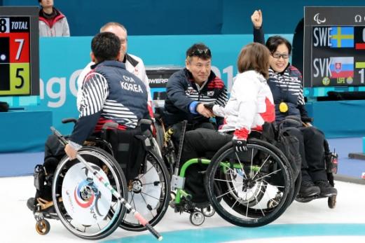 12일 오전 강릉컬링센터에서 열린 2018 평창패럴림픽 휠체어컬링 캐나다와의 예선 4차전에서 7-5로 승리한 한국대표팀 방민자 선수가 손들어 환호하고 있다.  연합뉴스