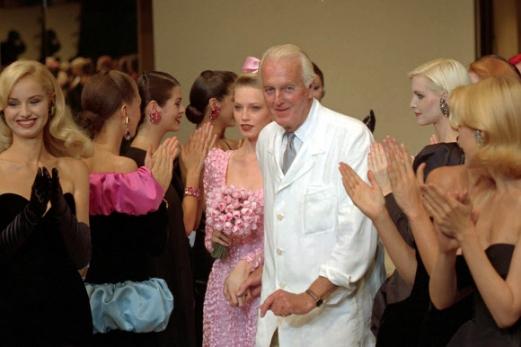 '리틀 블랙 드레스' 디자이너 지방시 별세 패션브랜드 '지방시'를 창립한 프랑스의 디자이너 위베르 드 지방시가 지난 9일(현지시간) 향년 91세의 나이로 별세했다.       여성스럽고 시크한 디자인의 드레스로 명성을 날린 지방시는 특히 1961년 영화 '티파니에서 아침을'에서 오드리 헵번이 입고 나온 '리틀 블랙 드레스'로 큰 인기를 누렸다. 사진은 지난 1995년 프랑스 파리에서 열린 1995/1996 F/W 지방시 오뜨꾸뛰르 패션쇼에서 박수를 받는 지방시. 연합뉴스