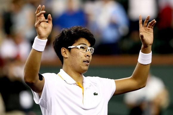 정현이 13일 미국 캘리포니아주 인디언웰스에서 열린 남자프로테니스(ATP) 파리바 BNP오픈에서 토마시 베르디흐를 2-0으로 완파하고 16강에 오른 뒤 팬들에게 두 팔을 들어 인사하고 있다. AFP 연합뉴스