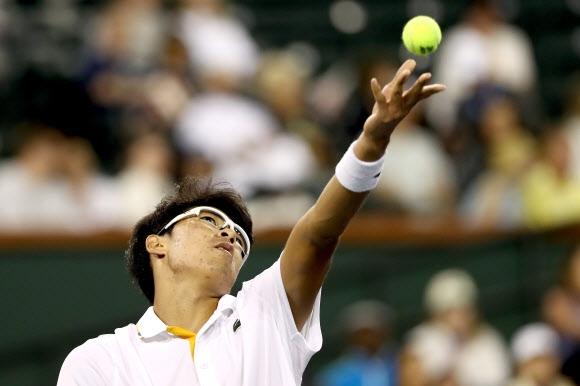 정현이 13일 토마시 베르디흐와의 남자프로테니스(ATP)파리바 BNP오픈 단식 3회전에서 서비스를 넣기 위해 공을 토스하고 있다. AFP연합뉴스