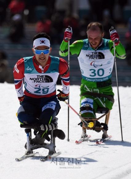 13일 강원도 평창 바이애슬론센터에서 열린 2018 평창패럴림픽 장애인바이애슬론 남자 12.5km 좌식 경기에서 이정민이 역주하고 있다. 박윤슬 기자 seul@seoul.co.kr