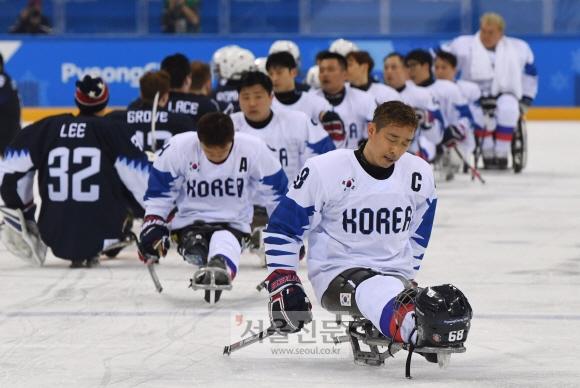 13일  강릉하키센터에서 열린 2018 평창동계패럴림픽 아이스하키 조1위 결정전, 한국-미국 경기에서 한국 선수들이 승리한 미국선수들과 인사한 뒤 아쉬운 표정을 짓고있다. 박윤슬 기자 seul@seoul.co.kr