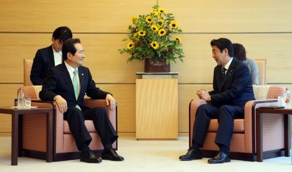 정세균 국회의장(왼쪽)이 8일 일본 도쿄 총리 관저에서 아베 신조 일본 총리와 만나 면담하고 있다. 두 사람의 의자가 동일하다. 2017.6.8  국회 대변인실 제공