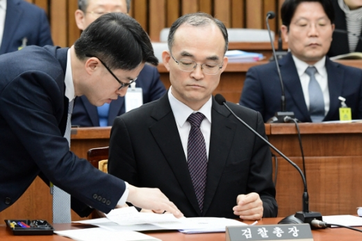 문무일 검찰총장이 13일 국회에서 열린 사법개혁특별위원회 전체회의에서 답변을 준비하고 있다. 문 총장은 이날 검찰의 직접 수사 총량을 대폭 줄이고, 경찰에 대한 검찰의 지휘·통제 권한은 현행 수준을 유지하겠다는 입장을 밝혔다. 이종원 선임기자 jongwon@seoul.co.kr