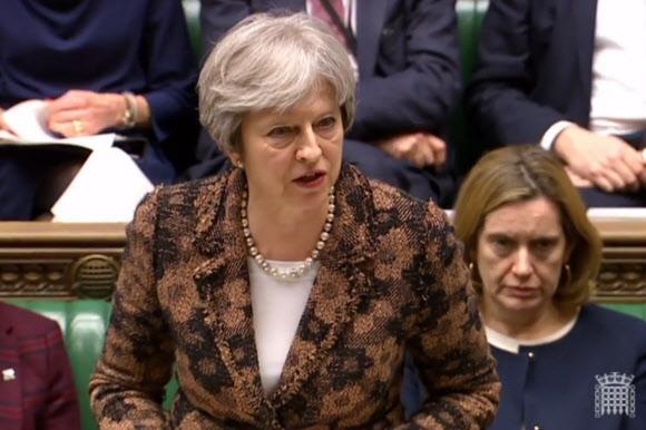 테리사 메이 영국 총리가 12일(현지시간) 런던 하원에 출석해 러시아 출신의 이중 스파이 세르게이 스크리팔 부녀 독살 시도에 대한 정부 공식 입장을 밝히고 있다. 런던 AFP 연합뉴스