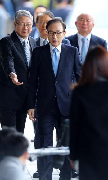 [MB소환] 검찰청 들어서는 이명박 전 대통령