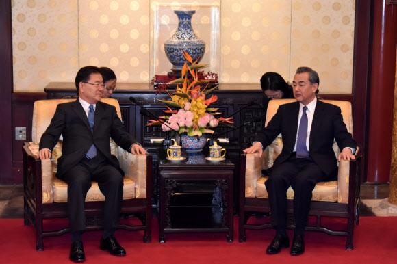 왕이 중국 외교부장과 만난 정의용 청와대 국가안보실장