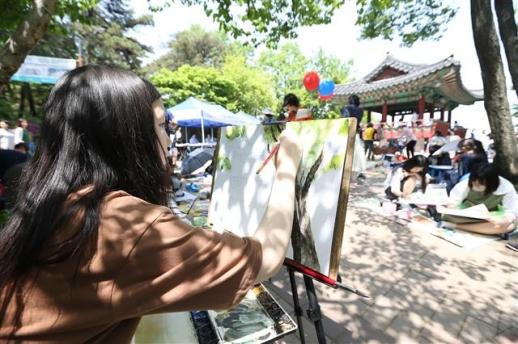 제14회 겸재 전국 사생대회 지난해 5월 서울 강서구 궁산·소악루 일대에서 열린 '제14회 겸재 전국 사생대회'에 참석한 초·중·고등학생들이 그림을 그리고 있다. 강서구 제공