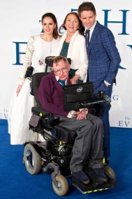 76세를 일기로 타계한 스티븐 호킹 영국 물리학자 스티븐 호킹(아랫줄 가운데)이 전부인 제인(윗줄 가운데)과 배우 펠리시티 존스(윗줄 왼쪽), 에디 레드메인(윗줄 오른쪽)과 함께 지난 2014년 12월 영국 런던에서 열린 그의 전기 영화 '사랑에 대한 모든 것'의 시사회에서 포즈를 취했다.  AFP 연합뉴스