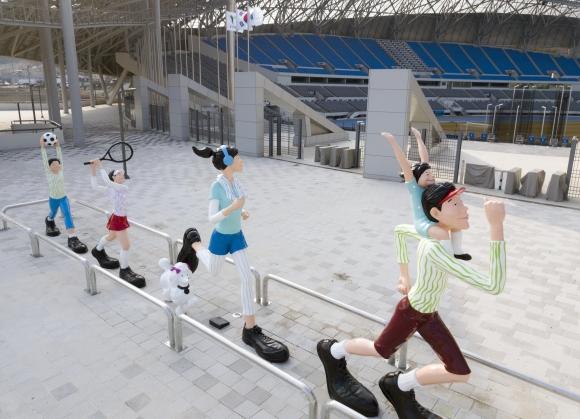 용인시민체육공원 주경기장 관중석 뒤 통로에 설치된 조형물.용인시 제공