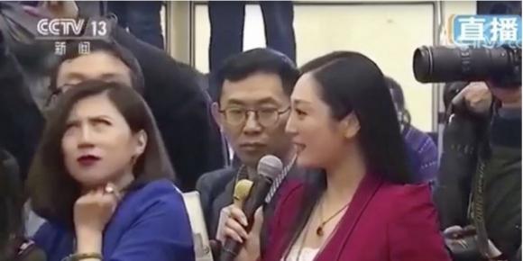 미국 언론 소속 기자(오른쪽)가 중국의 개혁 정책에 대한 질문을 하자 중국 경제뉴스 소속 기자가 못마땅한 표정을 짓고 있다. 중국중앙(CC)TV