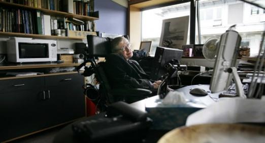 영국의 세계적인 물리학자 스티븐 호킹이 76세의 나이로 타계했다. 스티븐 호킹은 21세의 나이로 전신 근육이 서서히 마비되는 '루게릭병' 진단을 받았으나 우주론과 양자 중력 등 연구에 몰두하며 업적을 남겼다. 사진은 2007년 케임브리지대 수학 석좌교수를 역임할 당시 연구실 모습. AFP 연합뉴스