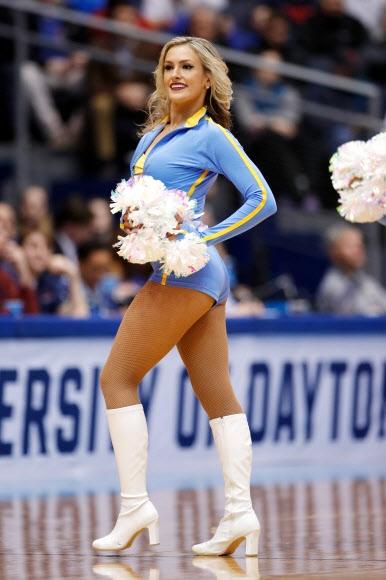 UCLA 브루인스의 치어리더가 13일(현지시간) 미국 오하이오주 데이턴의 UD 아레나에서 열린 미국대학농구 남자부 경기 하프타임에 공연을 하고 있다.  AP 연합뉴스