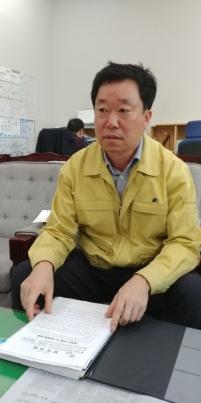 박재명 충북도 동물방역과장이 14일 기자실을 방문해 음성군 소이면에서 발생한 조류인플루엔자 현황을 설명하고 있다.