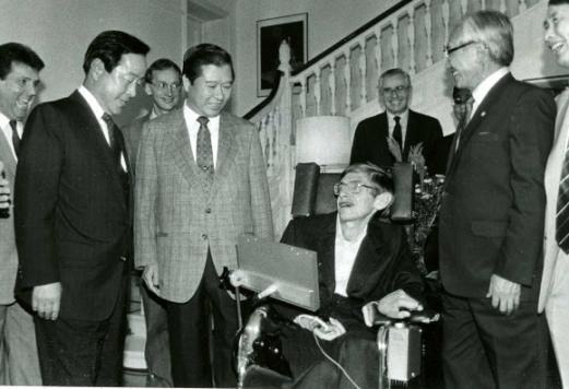 1990년 9월 한국을 처음 방문한 스티븐 호킹(왼쪽 네 번째) 박사가 서울 주한영국대사관저에서 열린 환영만찬회에서 김영삼(첫 번째) 당시 민자당 대표, 김대중(두 번째) 당시 평민당 총재 등과 환담을 나누고 있다. 연합뉴스