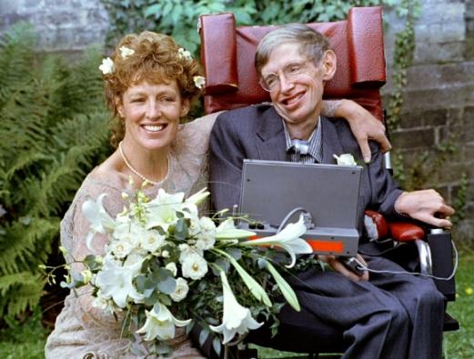호킹 박사가 1995년 자신의 간호사인 일레인 메이슨과 재혼을 한 뒤 어깨동무를 하고 있는 모습. 로이터 연합뉴스