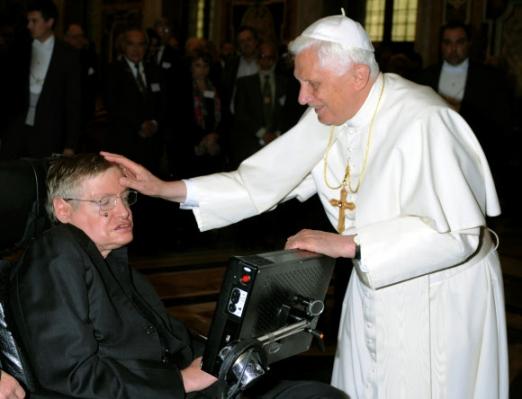 베네딕토 16세가 교황으로 재위하던 2008년 10월 바티칸에서 열린 과학과 신앙을 논하는 회의에서 호킹 박사를 만나 그의 머리에 손을 얹고 축복을 내리고 있다. 로이터 연합뉴스