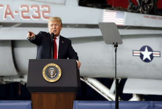 """""""북·미 대화, 긍정적인 일 일어날 수도""""  도널드 트럼프 미국 대통령이 13일(현지시간) 캘리포니아주 샌디에이고의 미라마 해군기지에서 연설하고 있다. 이날 트럼프 대통령은 북·미 정상회담 추진과 관련해 """"뭔가 긍정적인 일이 일어날 수 있다고 믿는다""""며 낙관적인 견해를 밝혔다.  샌디에이고 AP 연합뉴스"""