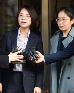 안희정 전 충남지사로부터 성폭행을 당했다고 주장한 두 번째 피해 여성의 법률대리인인 오선희(왼쪽), 신윤경 변호사가 14일 오후 서울서부지검에 고소장을 제출한 뒤 취재진의 질문에 답하고 있다.  도준석 기자 pado@seoul.co.kr
