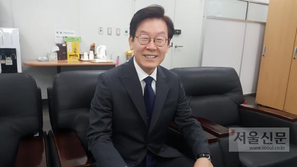 이재명 시장이 14일 퇴임을 앞두고 성남시청에서 인터뷰를 하고 있다.